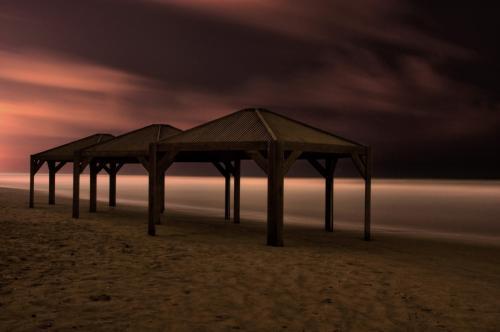 זוכרת איך נפגשנו, מפורקים על איזה חוף
